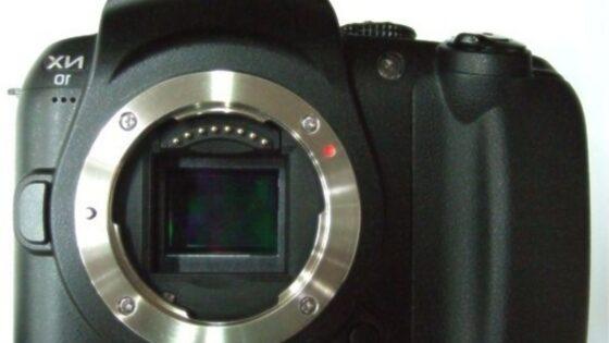 Zrcalno-refleksni digitalni fotoaparat Samsung NX10 bomo zlahka prenašali naokrog!