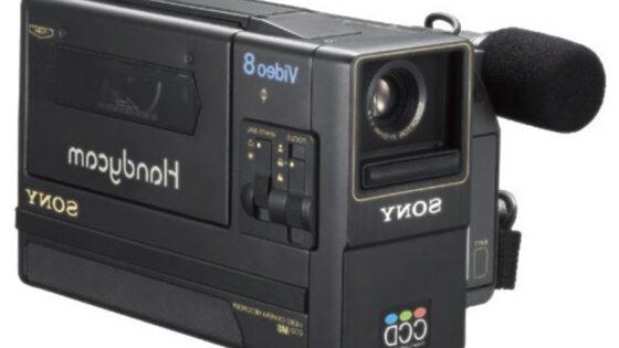 Prvi »ročni« kamkorder podjetja Sony je tehtal le nekaj manj kot kilogram.