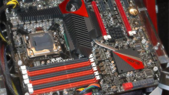 Osnovna plošča Asus Immensity bo prinesla konec vojne med tehnologijama SLI in Crossfire!