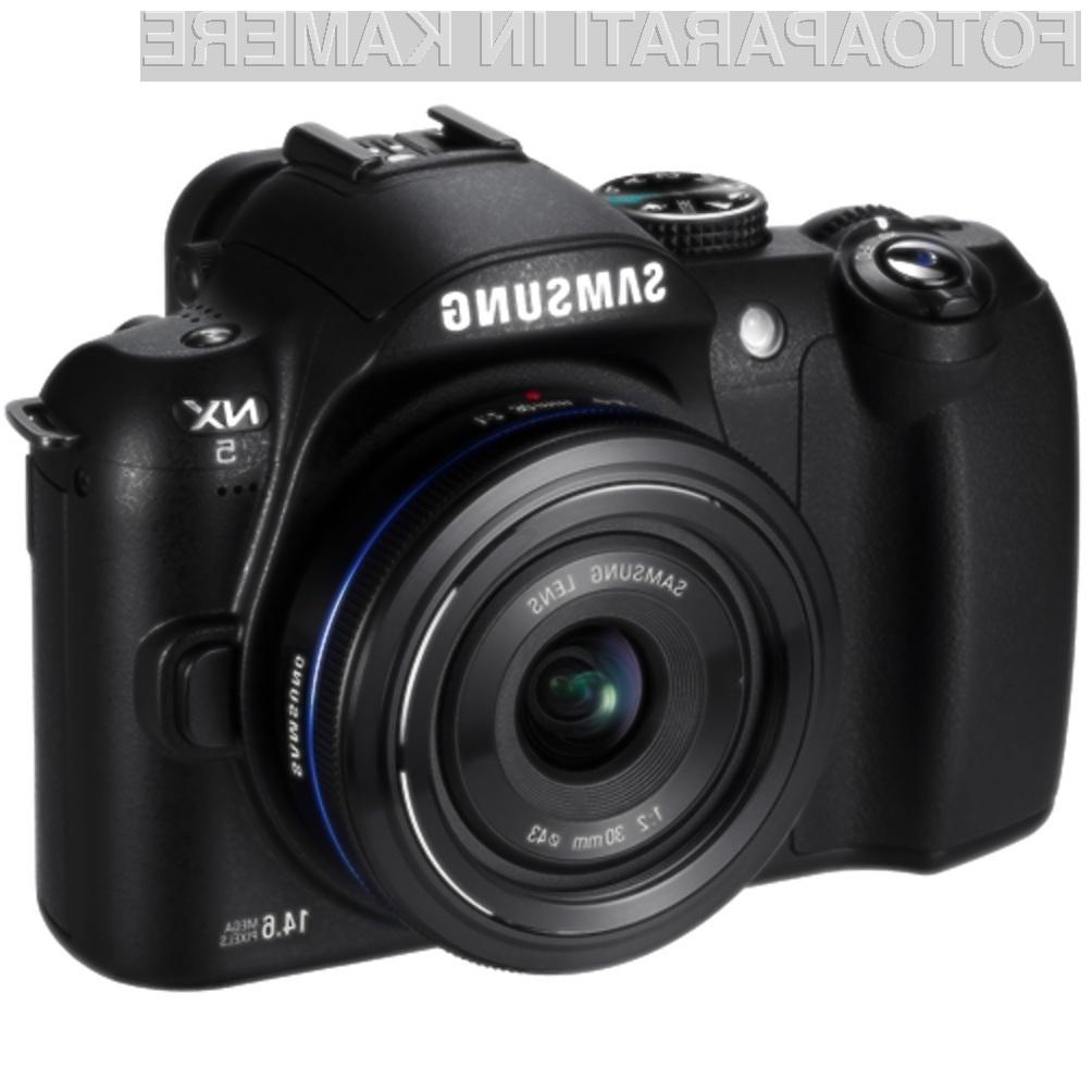 Zrcalno-refleksni digitalni fotoaparat Samsung NX5 bomo zlahka prenašali naokrog!
