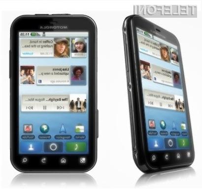Mobilnik Motorola DEFY je pisan na kožo nerodnim.