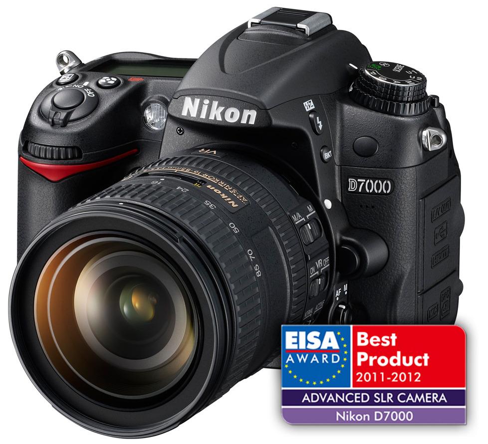 """O Nikon D7000: """"Kakovostno ohišje nadgrajuje tehnična oprema, pri kateri prednjačijo sistem hitrega ostrenja, svetel tripalčni zaslon, sistem odstranjevanja prahu, dve reži za hitre pomnilniške kartice ter možnost snemanja Full HD video posnetkov"""""""