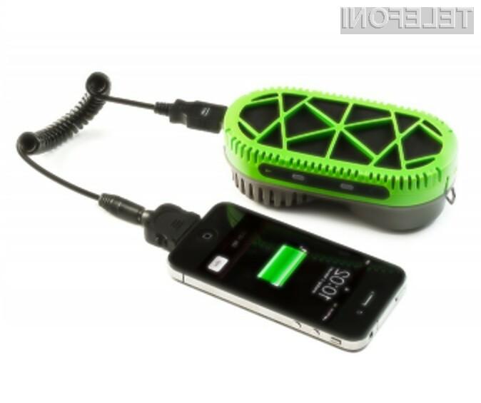 Polnilec PowerTrekk bo pametnim mobilnim telefonom zagotovil dodatnih deset ur avtonomije delovanja.