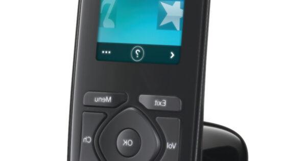 Univerzalni daljinski upravljalnik Harmony Touch se lahko pohvali z 2,4 palčnim na dotik občutljivim zaslonom.