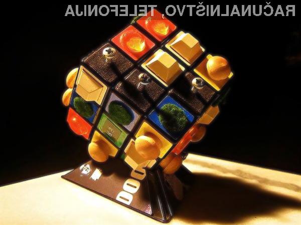 Brian je Rubikovo kocko polepil z različnimi majhnimi predmeti.
