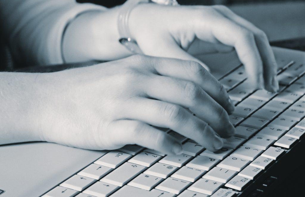 Veščine hitrega tipkanja lahko osvojimo s pomočjo različnih spletnih programov.