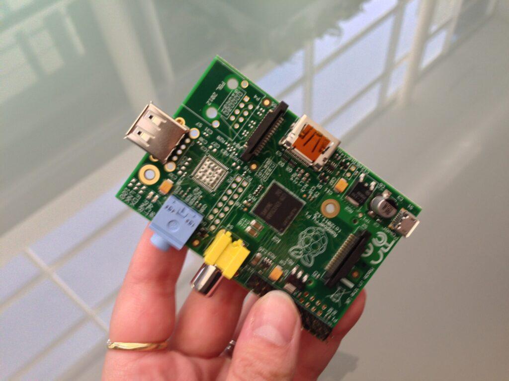 Raspberry Pi model A je prevzel lovoriko najcenejšega osebnega računalnika na modrem planetu!