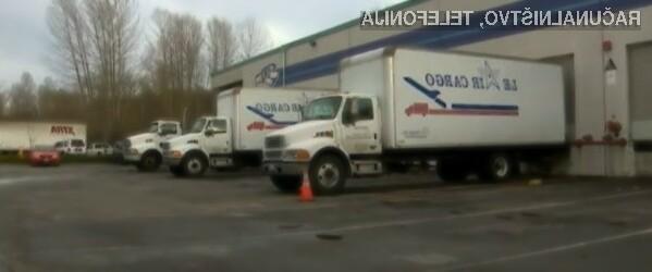Tatovi so konzole naložili v tovornjake in se z njimi odpeljali.