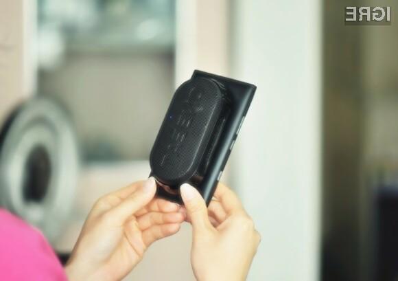 Zvočnik se pričvrsti na zadnjo stran telefona in estetsko ne izstopa.