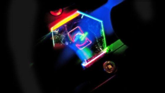 V HP-jevih laboratorijih so razvili poseben holografski zaslon, ki lahko prikaz 3D slike prilagaja posameznemu kotu gledanja.