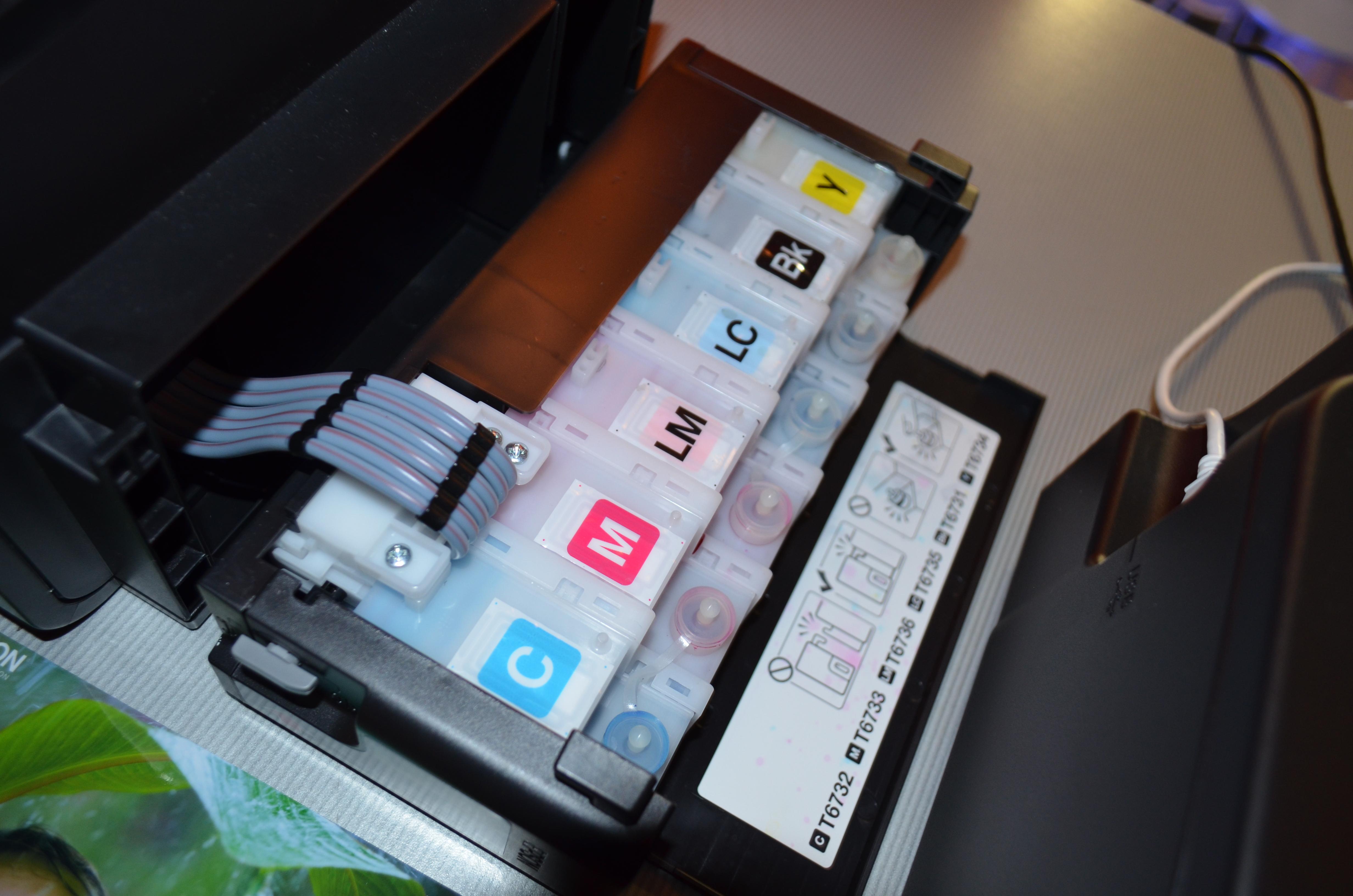 Epsonovi seriji tiskalnikov L in M namesto kartuš uporabljajo rezervoarje s črnili.