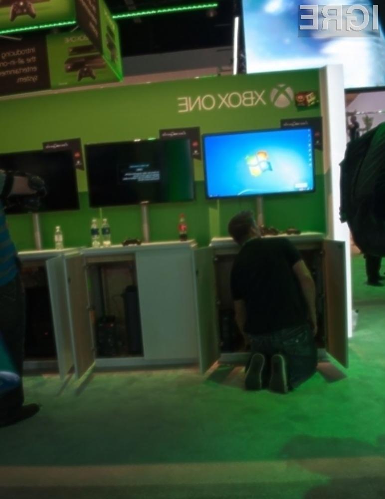 Igre za Xbox One so poganjali osebni računalniki! Podjetje Microsoft je udeležencem letošnje igričarske konference E3 2013 predstavilo prihajajočo igralno konzolo Xbox One, vključno z najnovejšimi igrami zanjo. Čeprav je računalniški gigant vse doslej zatrjeval, da je predstavljene igre poganjala njihova nova igralna konzola se je naposled izkazalo, da so bile konzolne igre v resnici nameščene na osebnih računalnikih. Tu je šlo za izjemno zmogljive računalnike, ki so bili za nameček opremljeni s povsem drugačno strojno opremo, kot bo na voljo v igralni konzoli Xbox One.