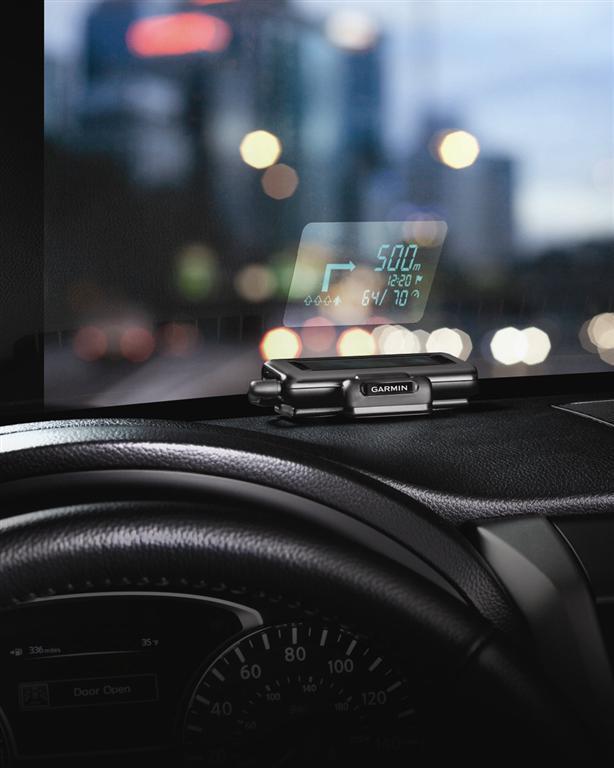 Garminov prvi prenosni prikazovalnik na vetrobranskem steklu - 'head-up display' (HUD)