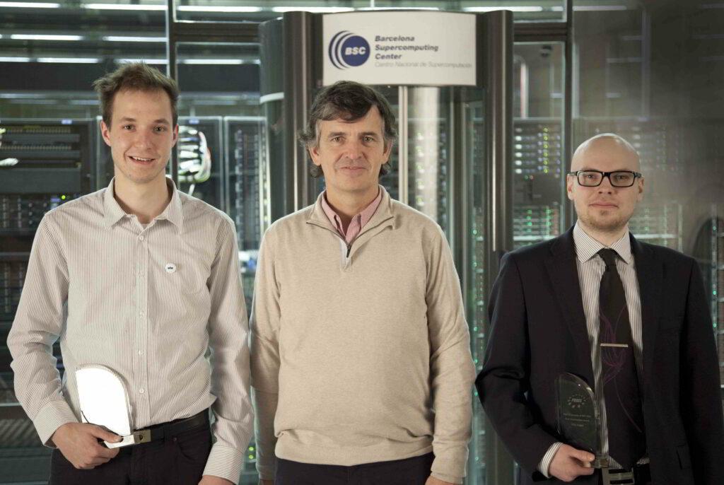 Oba nagrajenca (Vito Šimonka na levi) in predstojnik upravnega odbora PRACE, dr. Sergi Girona.