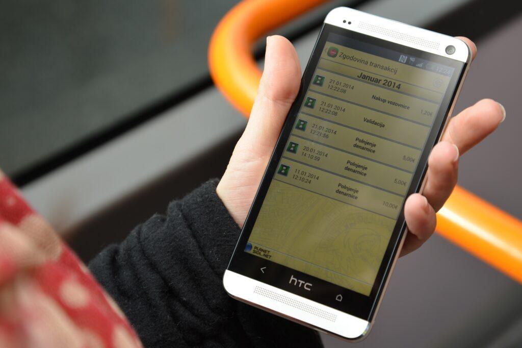 Aplikacija mobilne Urbane na telefonu je v fazi testiranja, za uporabnike pa bo predvidoma dostopna letos spomladi.