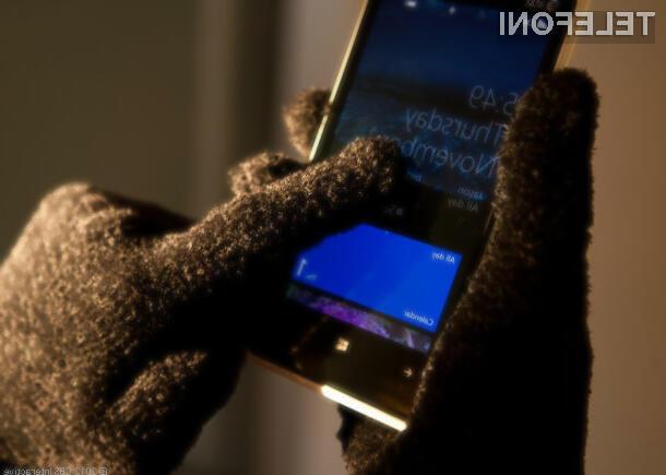 Pri novih mobilnikih in tablicah Nokia Lumia naj bi bilo za vnos ukazov mogoče uporabljati tudi okvir zaslona.