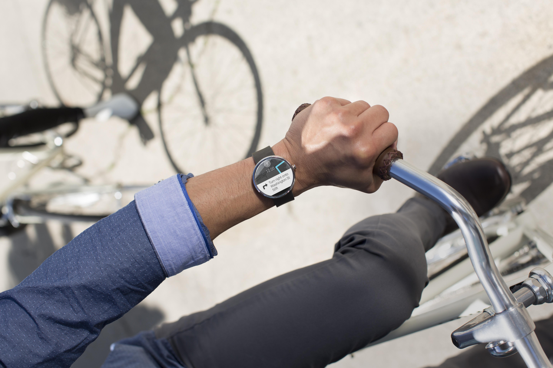 Pametna ročna ura Motorola Moto 360 združuje tradicionalno obliko z moderno tehnologijo.
