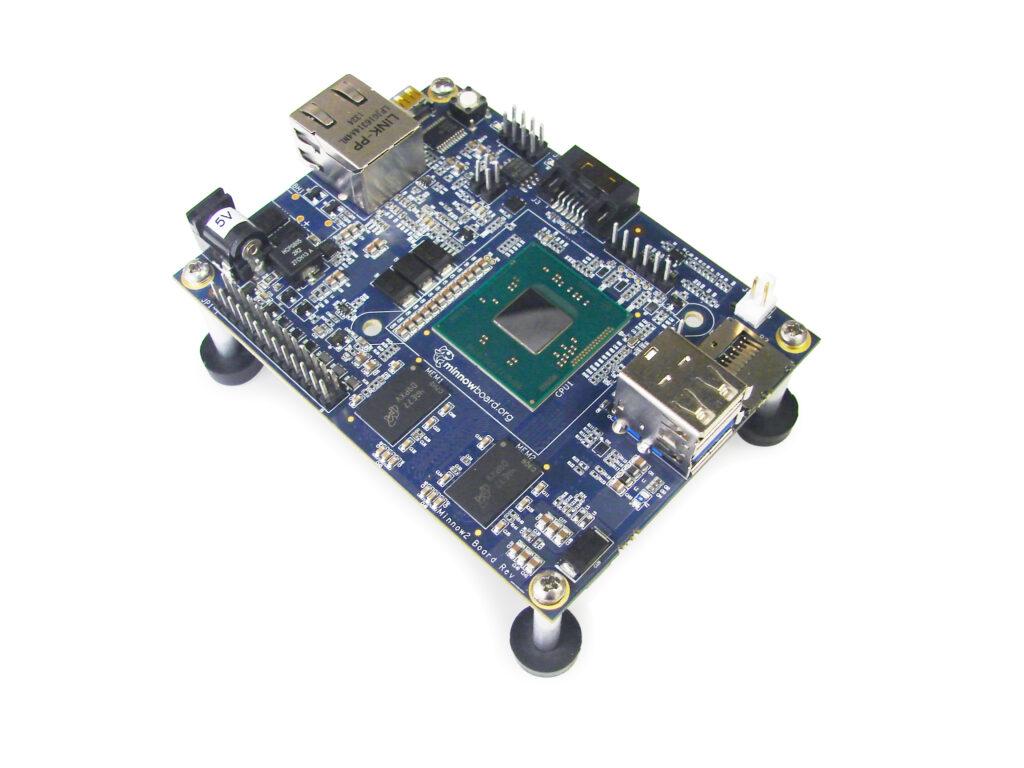 Miniaturni računalnik MinnowBoard Max bo kot nalašč za pripravo miniaturnih računalniško vodenih sistemov.