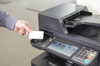 Identifikacija s kartico ID na napravi Kyocera.