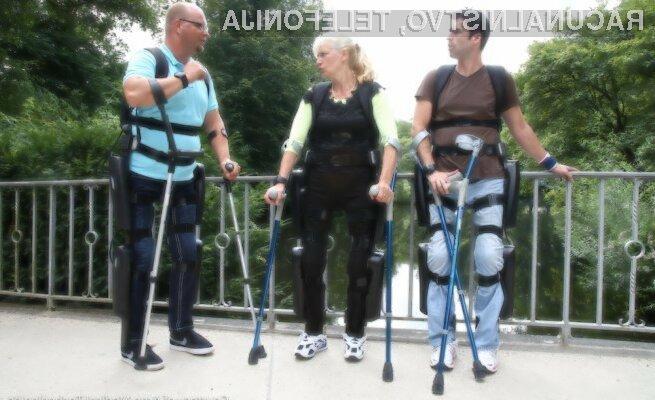 Eksoskelet podjetja ReWalk Robotics sicer paraliziranim osebam omogoča tako stojo na nogah kot hojo.