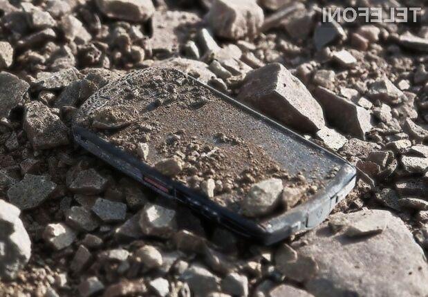 Pametni mobilni telefon Kyocera Brigadier brez težav prenaša tudi najhujše udarce in padce.