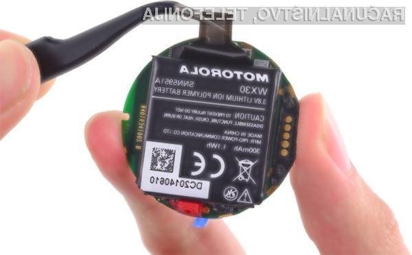 Motorola trdi, da pri navajanju kapacitete baterije ročne ure Motorola Moto 360 ni zavajala kupcev.