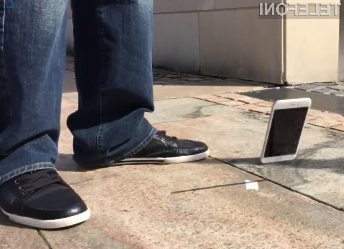 Zaslon pametnega mobilnega telefona iPhone 6 se bo po vsej verjetnosti poškodoval še ob najmanjšem padcu na tla.