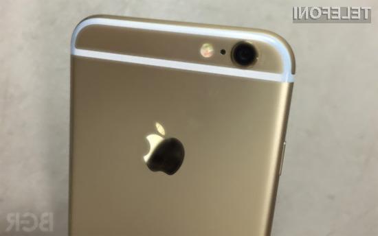 Pametni mobilni telefon iPhone 6 naj bi se ob nošenju v žepu obarval v barvo kavbojk.