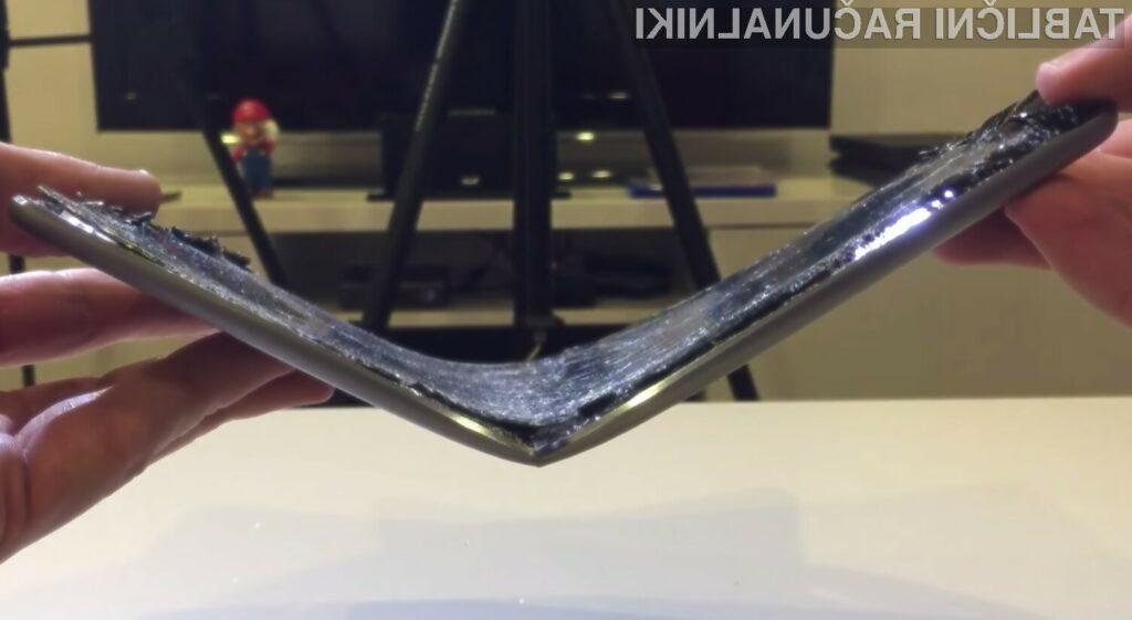 Tablični računalnik iPad Air 2 se upogne že ob lažjem pritisku!