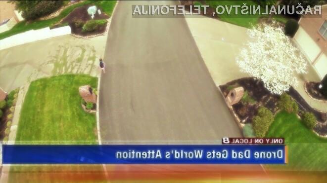 Oče spremlja hčerko s štirikopterjem