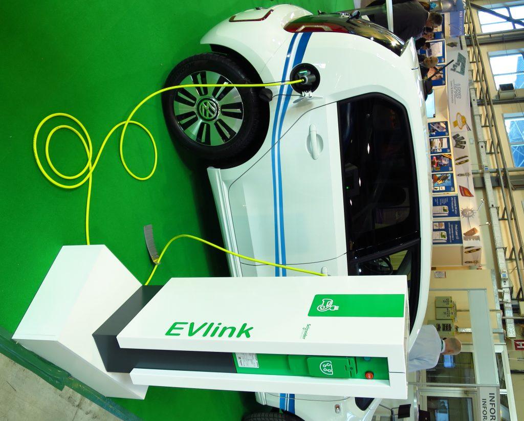 Novi polnilniki napolnijo električni avtomobil v manj kot štirih urah