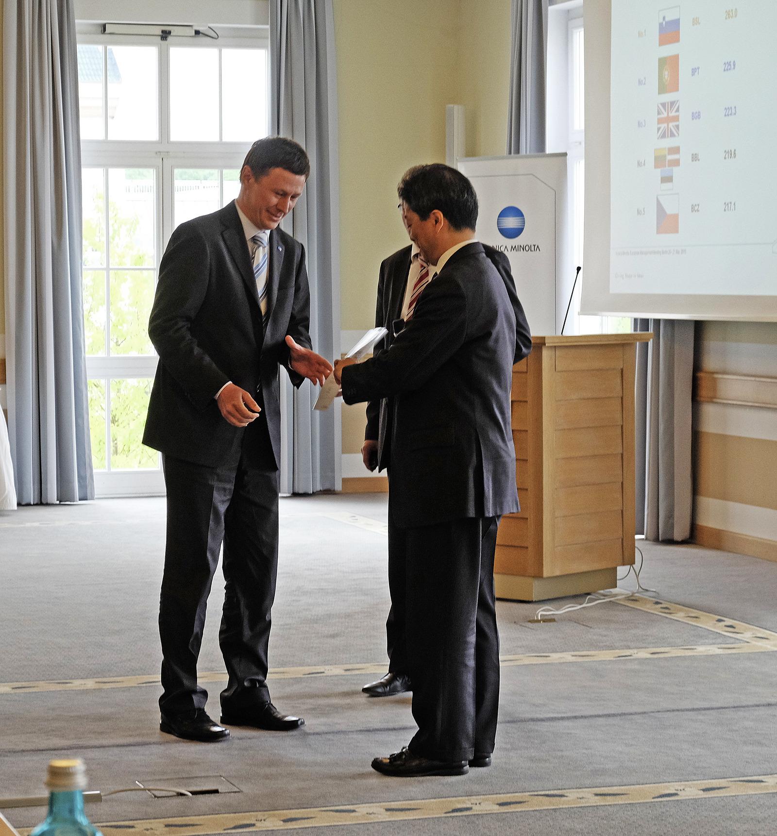 Podelitev nagrade v Berlinu. Na sliki, levo Pavel Čurda, direktor Konica Minolta Slovenija, desno Indy Nakagawa, predsednik uprave Konica Minolta Europe.
