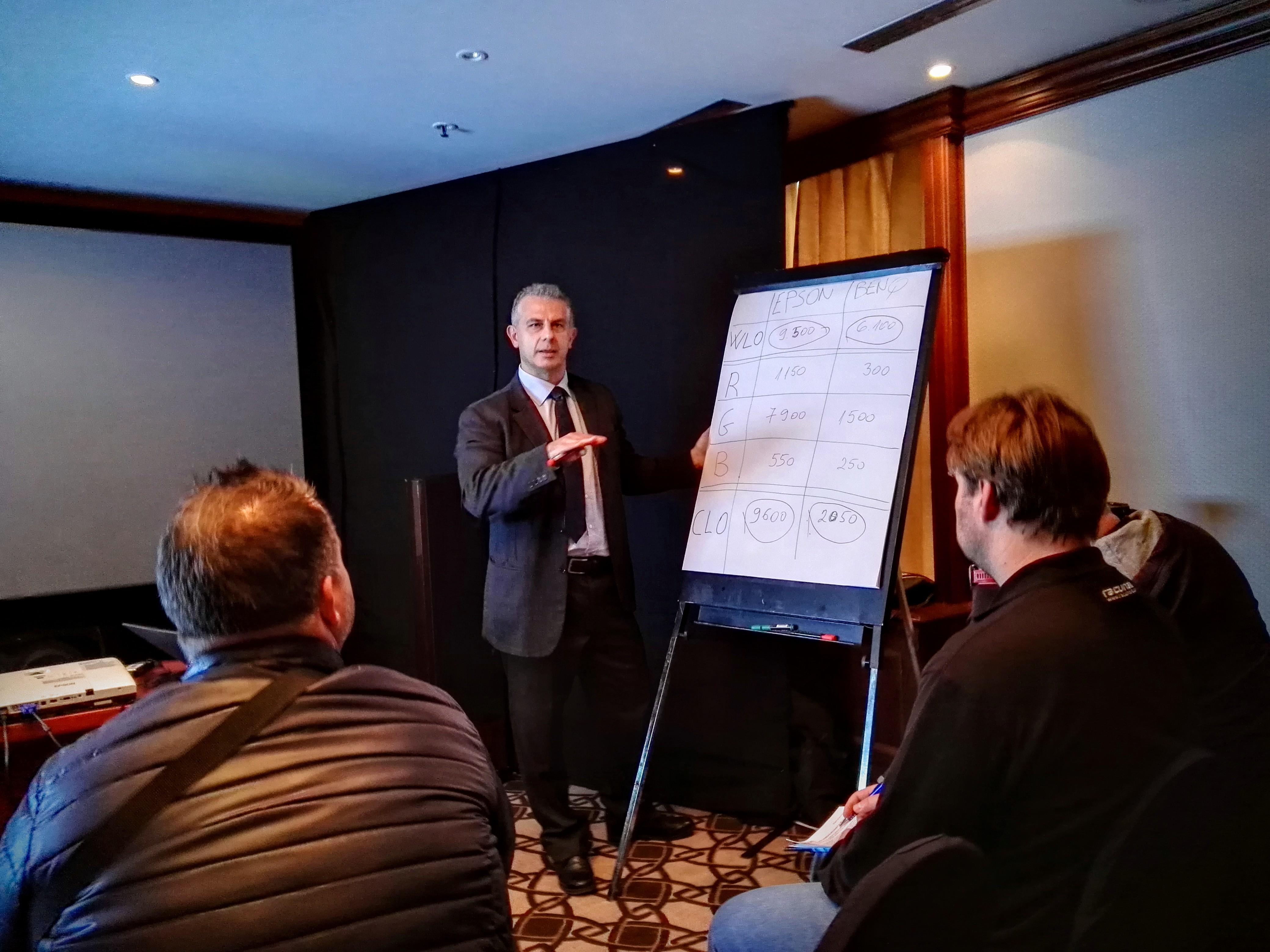 Renato Vincenti, Regional Business Manager v Epsonu je med drugim zopet poudaril razliko med CLO in WLO načinom merjenja svetilnosti.