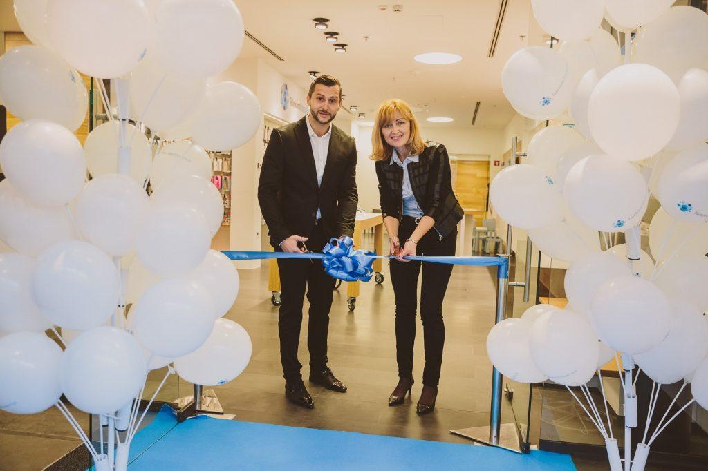 Aleš Srebot, vodja Službe za prodajo zasebnim uporabnikom v Telekomu Slovenije, in Karmen Mejal Raišp, vodja obeh Telekomovih centrov v Mariboru (Rožmarin in Europark).