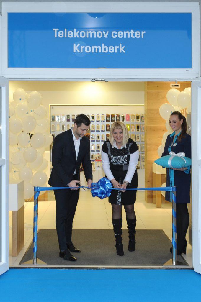 Telekomov center sta odprla Aleš Srebot, vodja Službe za prodajo zasebnim uporabnikom v Telekomu Slovenije, in Katjuša Kralj, vodja Telekomovega centra Nova Gorica, Kromberk
