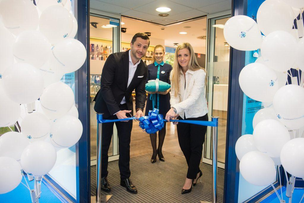 Telekomov center sta odprla Aleš Srebot, vodja Službe za prodajo zasebnim uporabnikom v Telekomu Slovenije, in Katja Brlek, vodja Telekomovega centra Lucija.