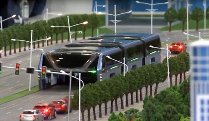Avtobus, ki s 1400 potniki na krovu vozi nad strehami avtomobilov