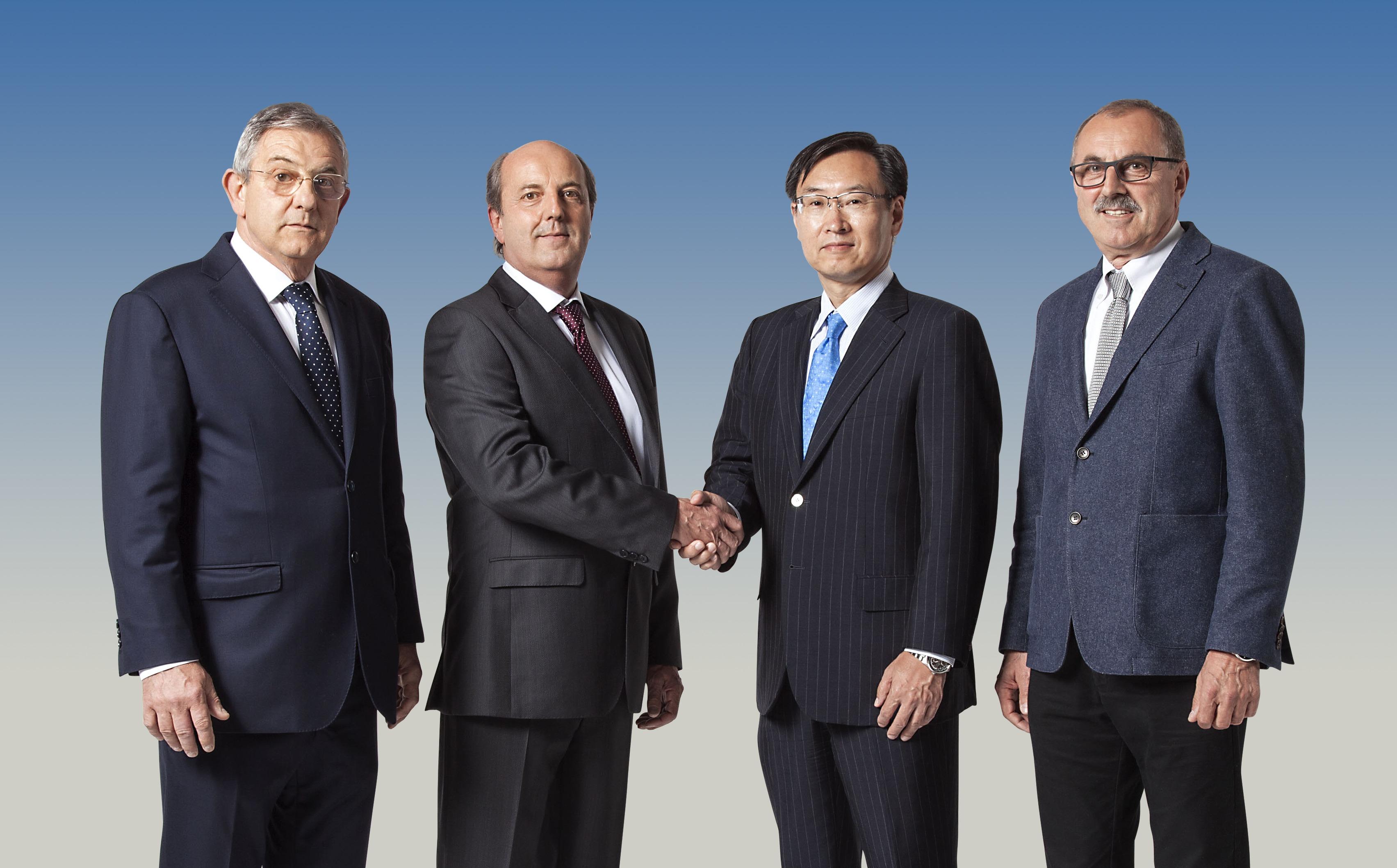 Predsednik družbe Epson Minoru Usui (drugi z desne) z (z leve) Sandrom, Valeriem in Riccardom Robustelli.