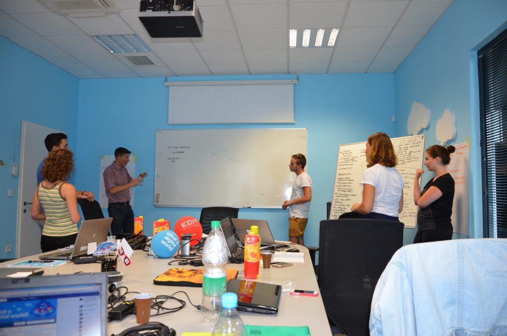 Skupina poslovnih analitikov med delom