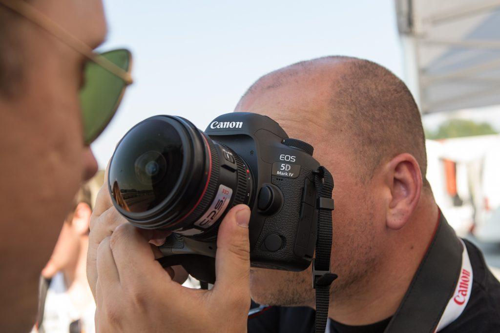 Na Canonovem moto-fotografskem dogodku se je bliskalo