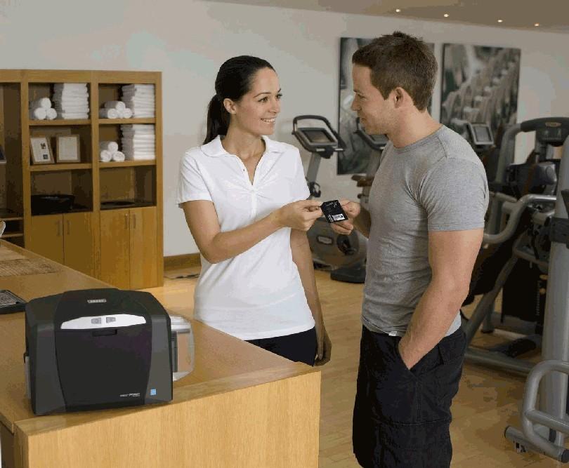 Kartični tiskalnik na mestu uporabe omogoča hiter test dizajna, osnovni tisk ali le spremembo podatkov in fotografij, izbriše stroške zunanjega izvajalca ter predvsem omogoči takojšen tisk kartic za nove uporabnike.