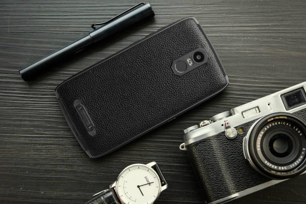 Telefon, ki personalizira lepoto, luksuz in robustnost