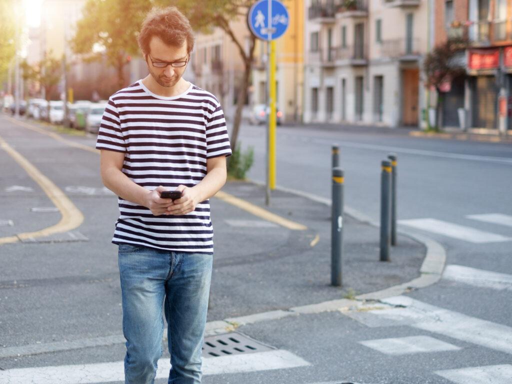 Uporaba mobilnega telefona med hojo lahko zmanjša našo pozornost tudi za 61 odstotkov!