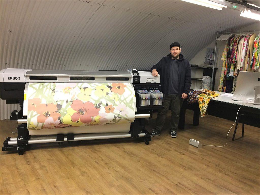 Richard Quinn predstavil 'odprti' studio za tisk tekstila