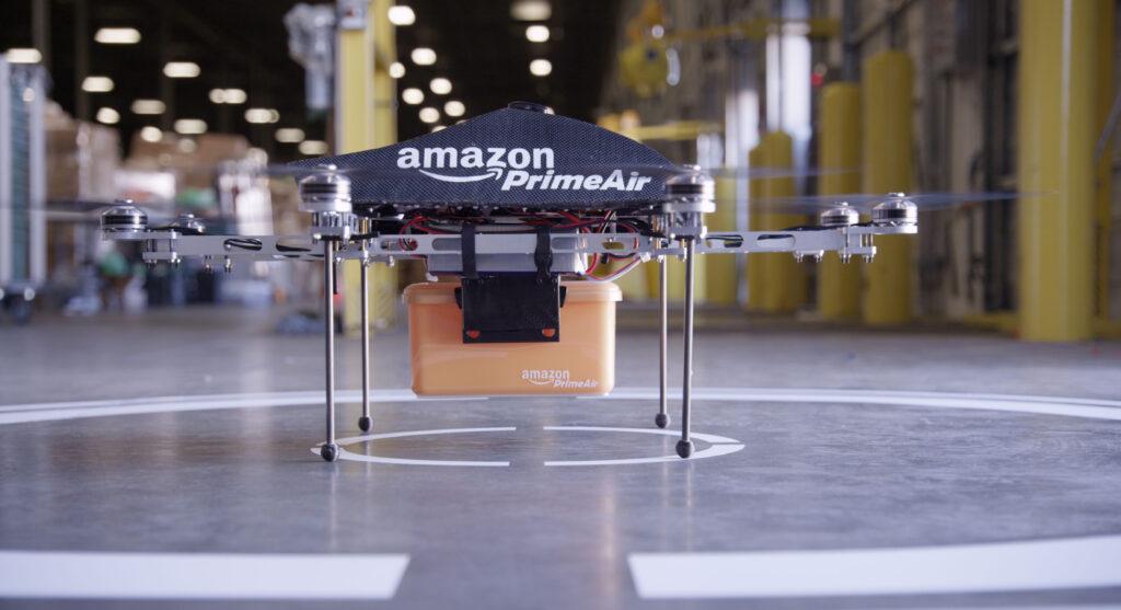 Dron, ki se uniči, preden pade na tla