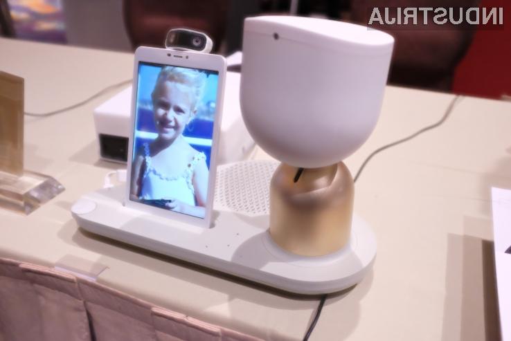 Humanoidni robot ElliQ, ki spominja na namizno svetilko
