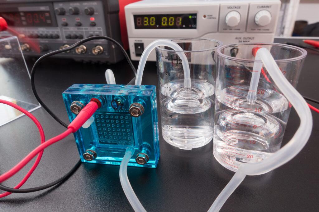 Znanstveniki razvili okolju prijazno in poceni baterijo na osnovi vode