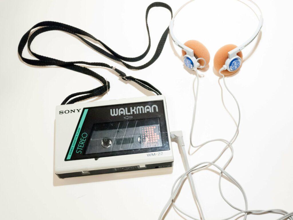Prvi prenosni predvajalnik glasbe se je na trgu pojavil 1. julija leta 1979.