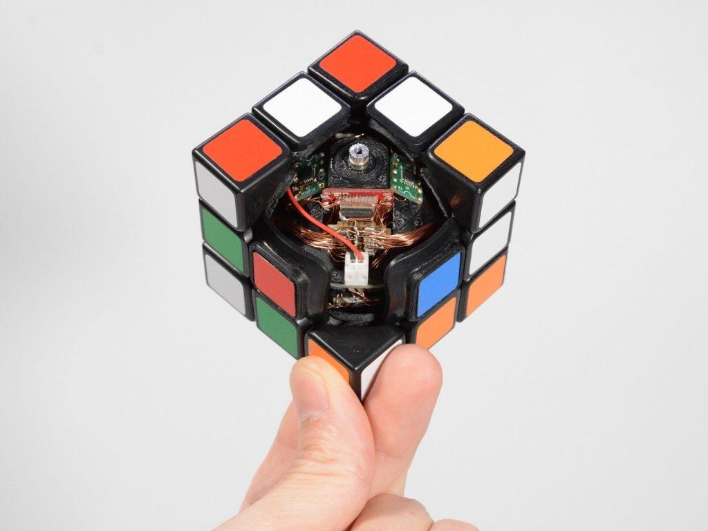 Rubikova kocka, ki se sama sestavi, je navdušila že mnoge.