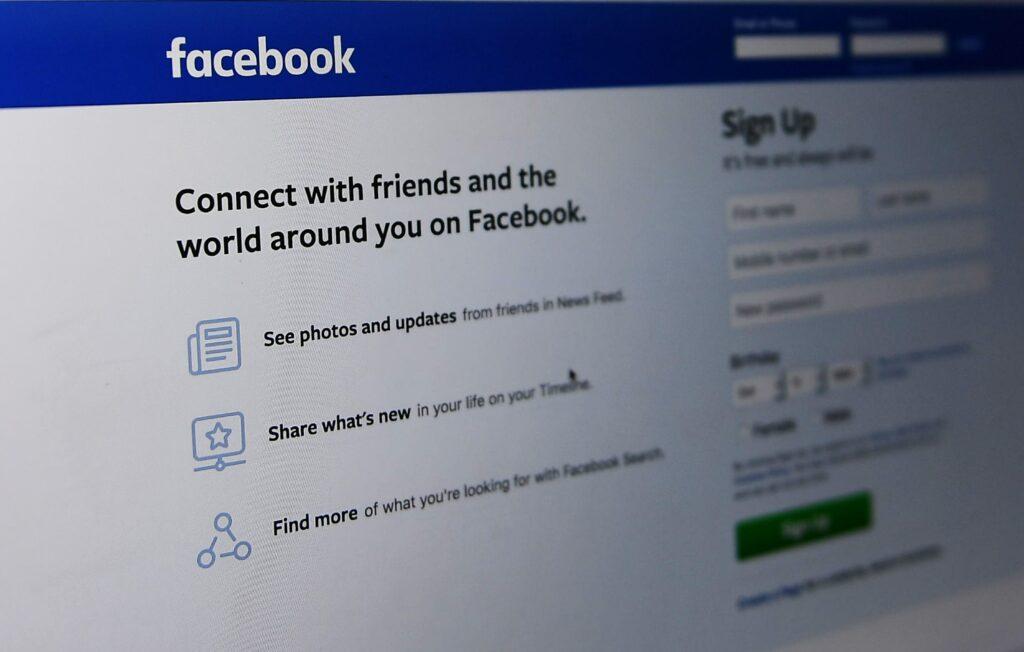 Za največjim napadom na priljubljeno družabno omrežje Facebook naj bi stali pošiljatelji neželenih sporočil.
